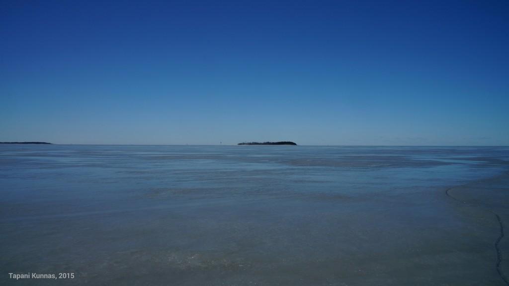 Lumeton jää on sileä. Taustalla Kropsun saari.