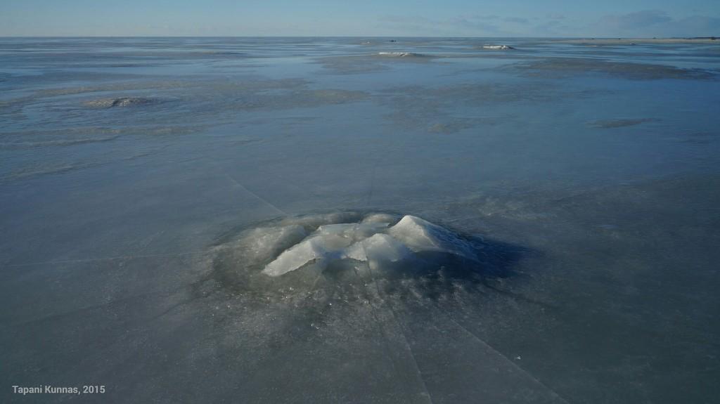 Suurimpien kivien kohdalla jää on mennyt kokonaan rikki.