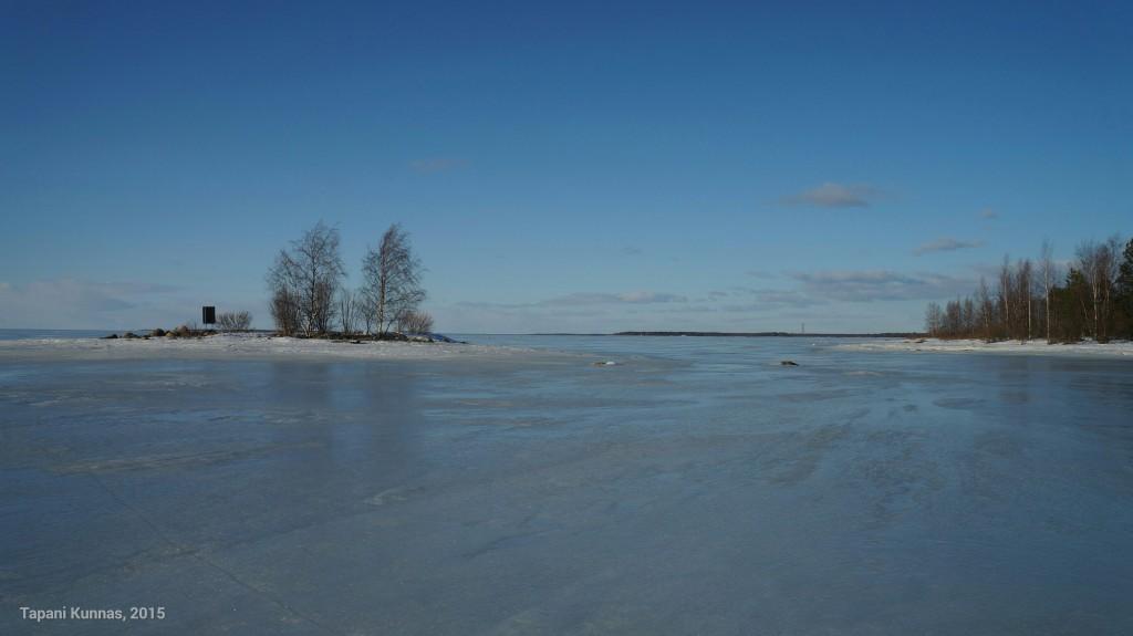 Isoniemen edustalla oleva pieni saari on päivällispaikkani. Kuvan taustalla häämöttää Martinniemen sahan piippu.