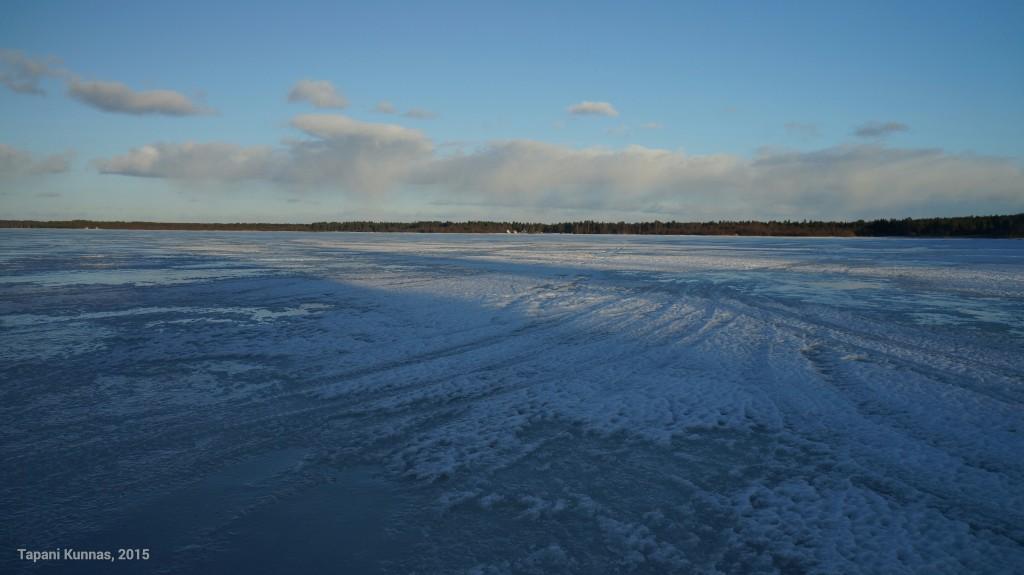 Isoniemen jälkeen kulkusuunta kääntyy kaakoon. Täällä kevättalven aurinko ei ole vielä ylettänyt paistamaan jäälle asti, eikä kaikki lumi ole vielä sulanut.