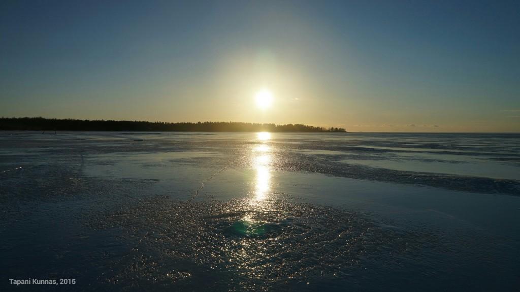 Pian laskeva aurinko loihtii jäähän uusia värisävyjä.