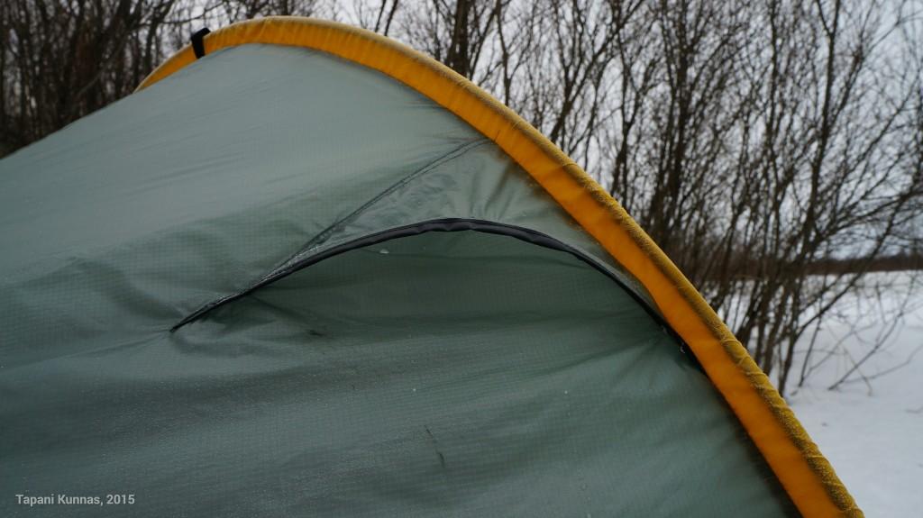 Tuuletus on Moment DW:ssä hoidettu esimerkillisesti. Poistoilmaräppänät - jotka voi myös sulkea - ovat kaaren tuntumassa molemmilla puolilla telttaa.