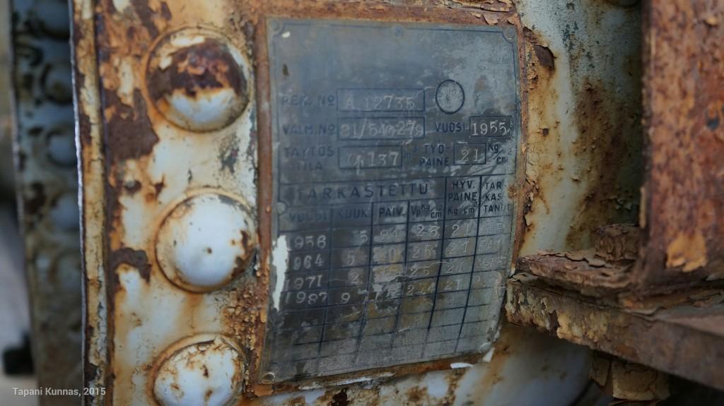Paineilmasäiliön (?) tarkastuskilvestä voi päätellä, että tämä kone on otettu käyttöön vuonna 1955 ja työura on jatkunut 1980-luvun lopulle asti.