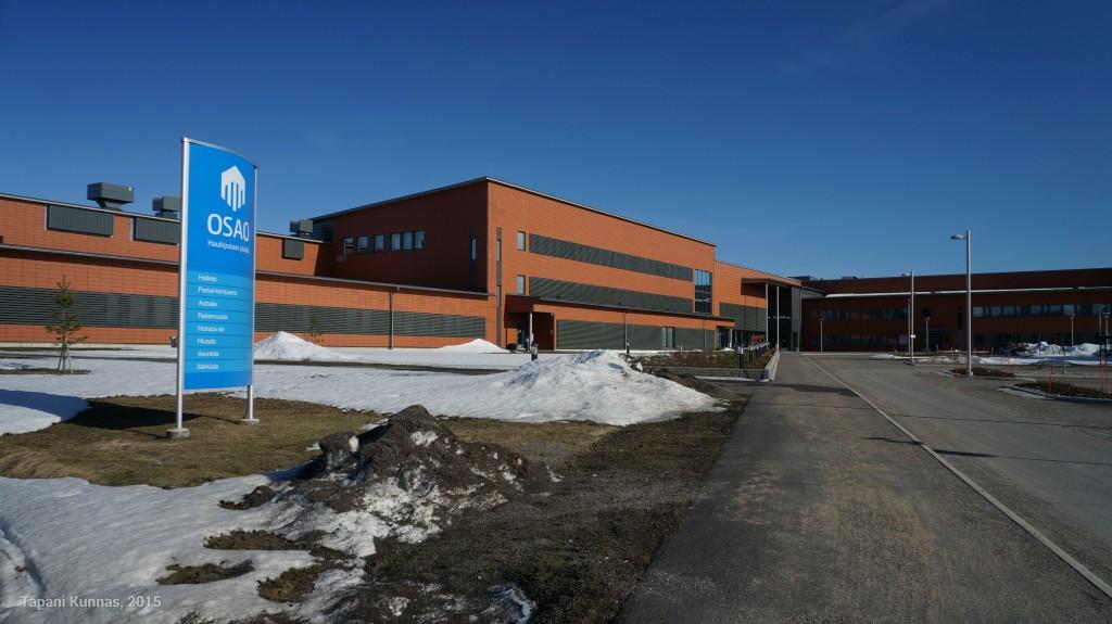 Entisen Makolan paikalla on näin komea Oulun Seudun Ammattiopiston Haukiputaan yksikön päärakennus.