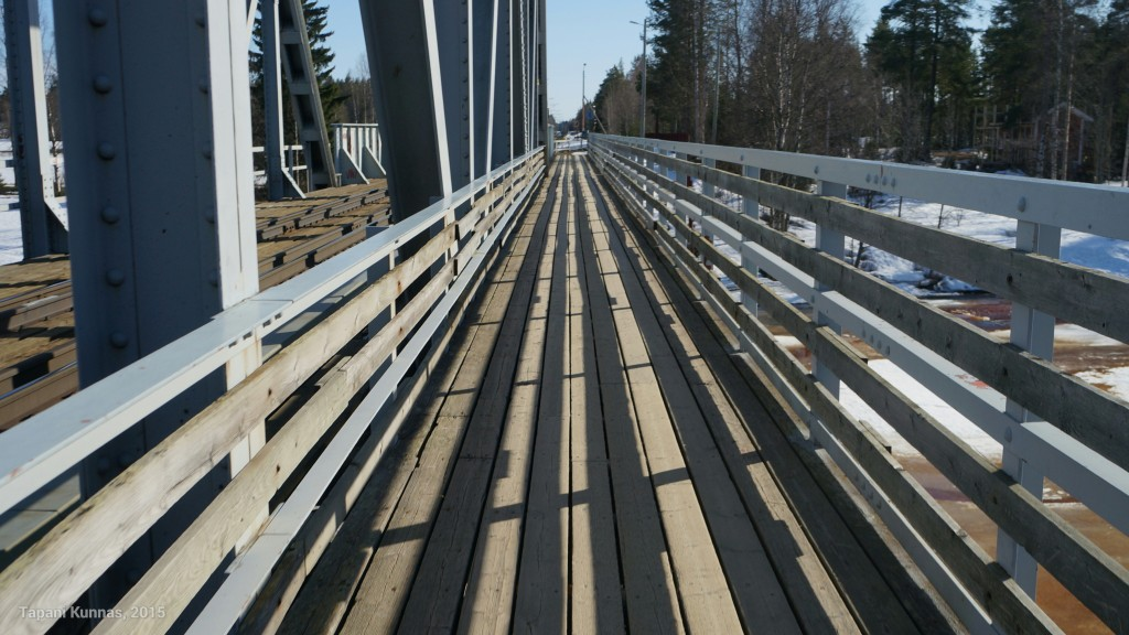 Valon ja varjon leikkiä sillalla.
