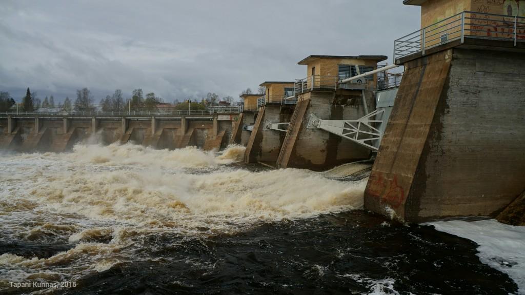 Merikosken voimalaitoksen tulvajuoksutuksia kahdesta luukusta.