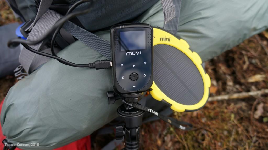 Tesspack Mini lataamassa action-kameraa lounastauolla.