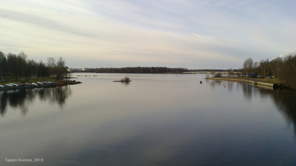 Oulujokisuiston Toppilansalmessa lauantaiaamun rauha on käsinkosketeltava.