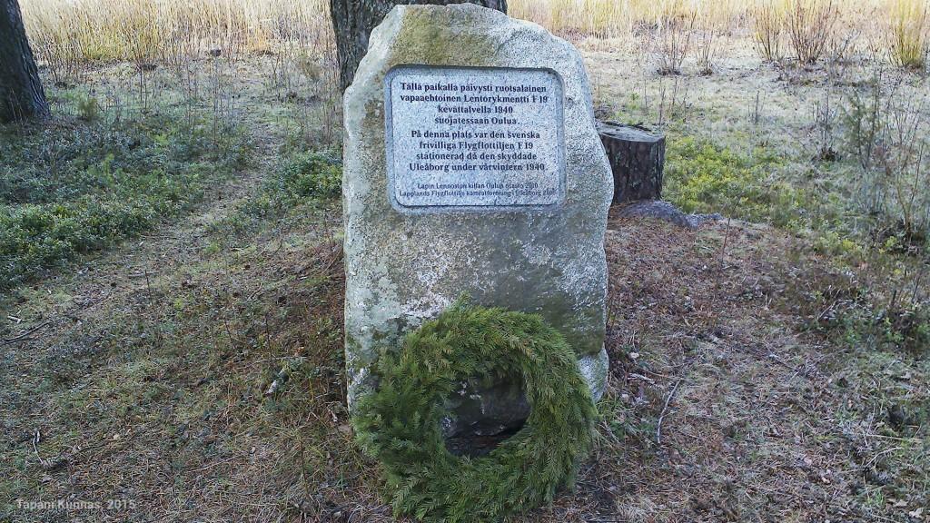 Muistomerkki Oritkarissa pyörätien reunassa.