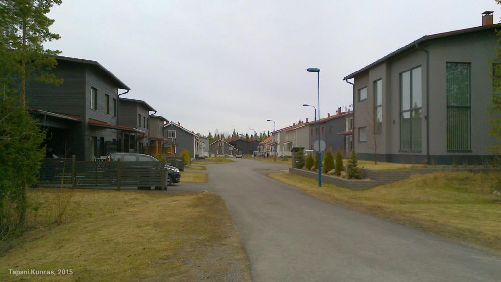 Saman kadun varrella ovat talot yleensä suunnilleen saman värisiä. Tässä harmaa katu.