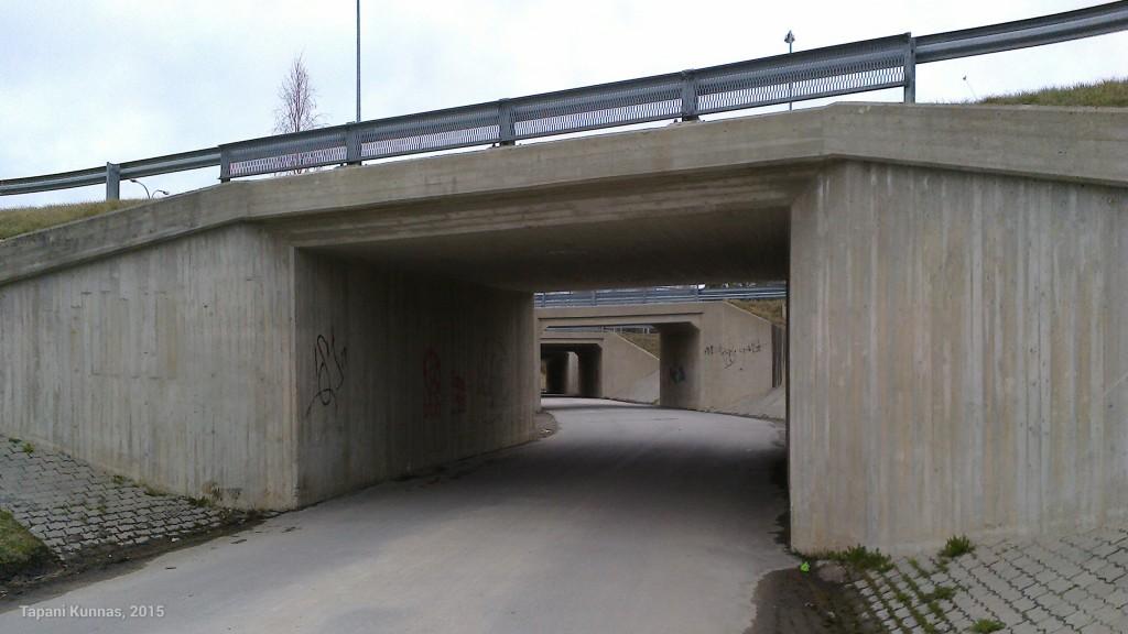 Kevyen liikenteen väylä alittaa Nelostien Zeppelinin kohdalla Kempeleessä. Tähän on tarvittu peräti neljä siltaa.