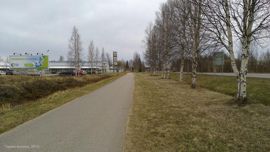 Tällaisessa paikassa on hyvä kulkea, kun asfaltin vierellä on riittävästi tasaista ja pehmeää nurmikkoa.