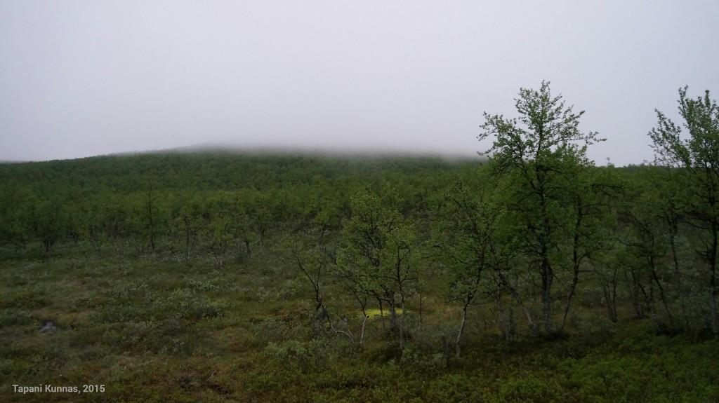 Tuuli vyöryttää sadepilviä pitkin Meađđenvárrin rinnettä.