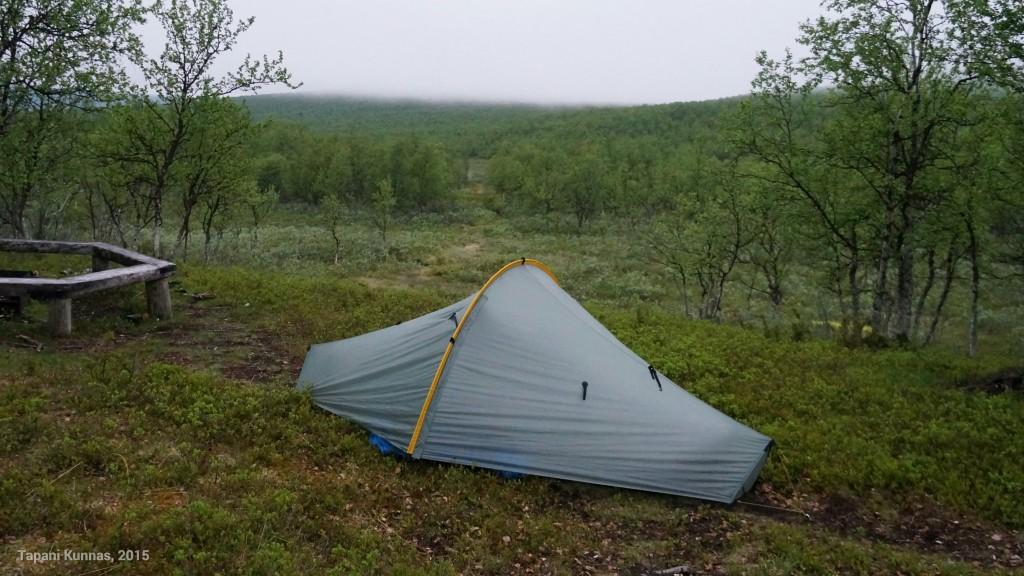 Ensimmäiseksi yöksi teltalle löytyi juuri sopiva paikka kodan ja nuotiopaikan väliseltä polulta.