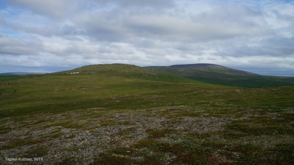 Etualalla Meađđenvárri (460 m), taustalla Láŋká (620 m).