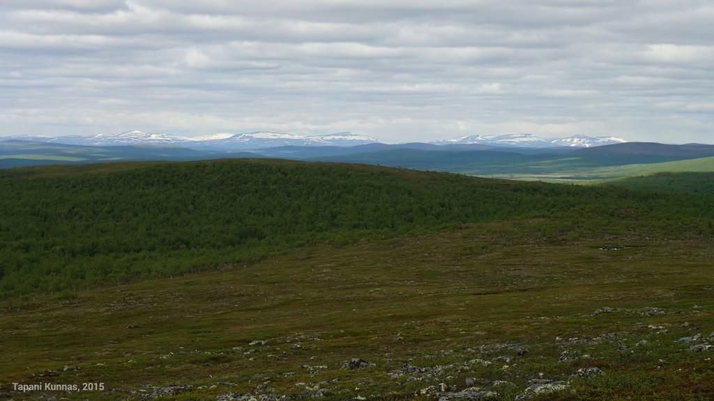 Lumen peittämät tunturit ovat jossain Norjan puolella.