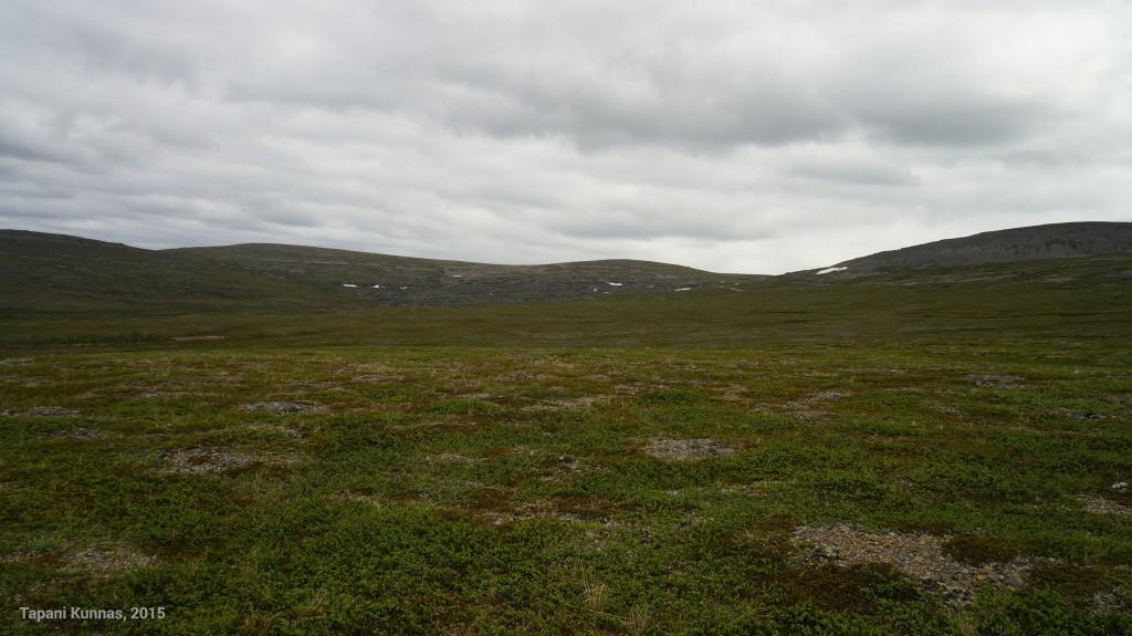 Kuvan oikeassa reunassa näkyy Láŋkáa, ja sen vasemmalla puolella näkyvälle tunturille olen menossa.