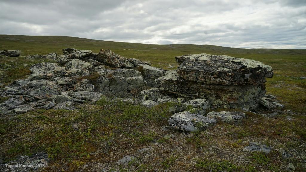Tällaiset kivimuodostelmat tarjoavat avotunturissa kulkijalle tuulensuojaisen paikan vaikka lounastauon pitämiseen.