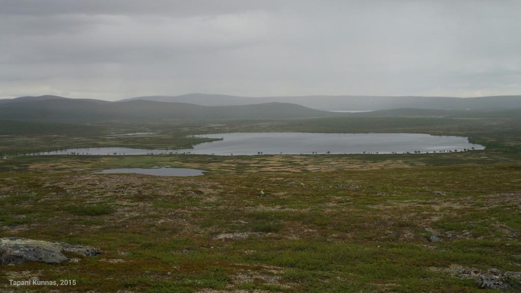 Sade kietoo maiseman harmaaseen vaippaan.