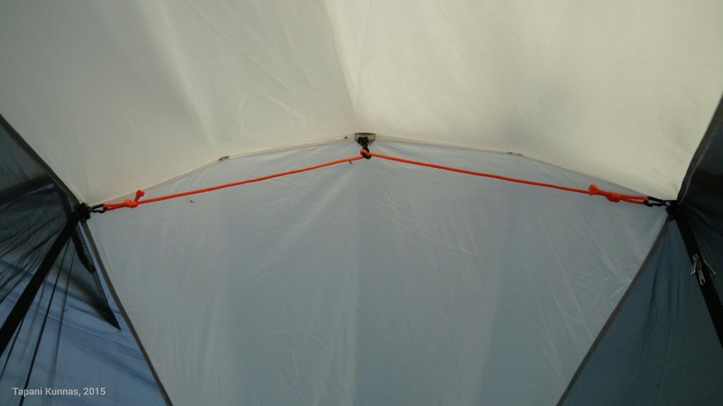 Teltassa oli alun perin vain yksi koukku keskellä kattoa. Lisäsin koukut molempiin reunoihin ja nyt varustukseen kuuluu myös naru, jolle voi ripustaa pieniä vaatteita kuivumaan.