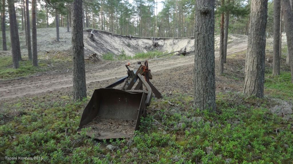 Metsään unohtunutta maansiirtokalustoa.