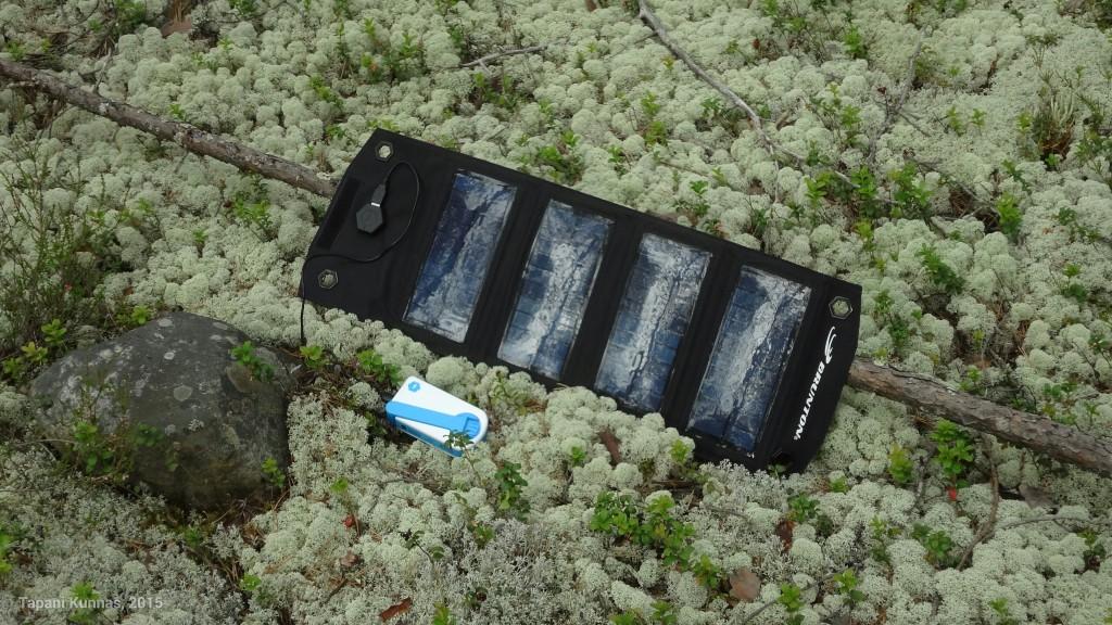 Toimiva retkisähköjärjestely: 5 W Brunton Explorer + 2000 mAh SOScharger, jossa on akun lisäksi kampi, jota pyörittämällä voi tuottaa sähköä. Veivilaturi on hidas, mutta laitteen nimen mukaisesti se on tarkoitettu hätätilanteisiin ja sillä saa missä tahansa tuotettua sen verran sähköä, että esim. lyhyt puhelu tai tekstiviesti onnistuu (jos ollaan kuuluvuusalueella).
