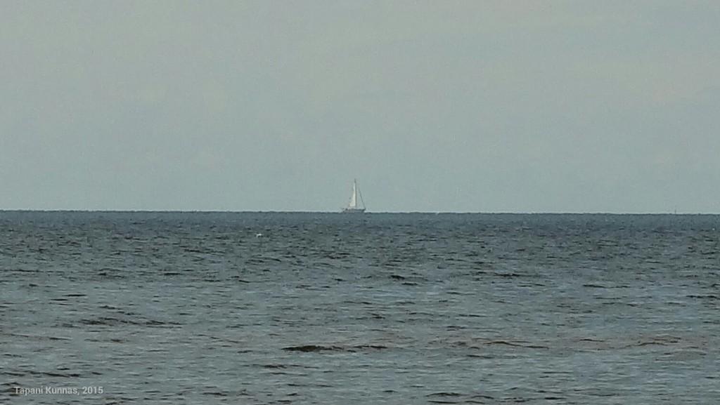 Vain yksi purjevene näkyy merellä.