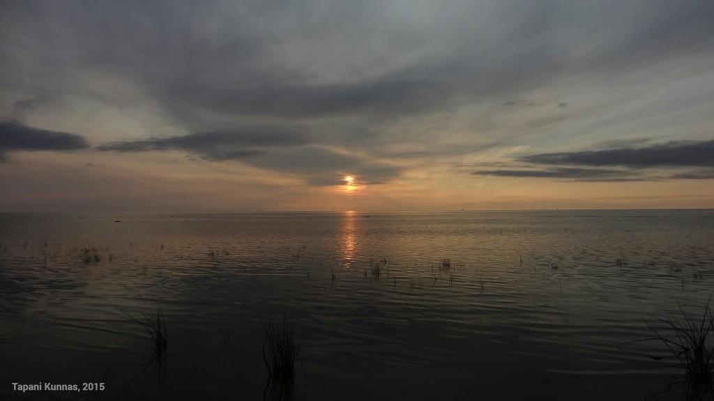 Meren taakse laskeva aurinko herkistää tunnelman.