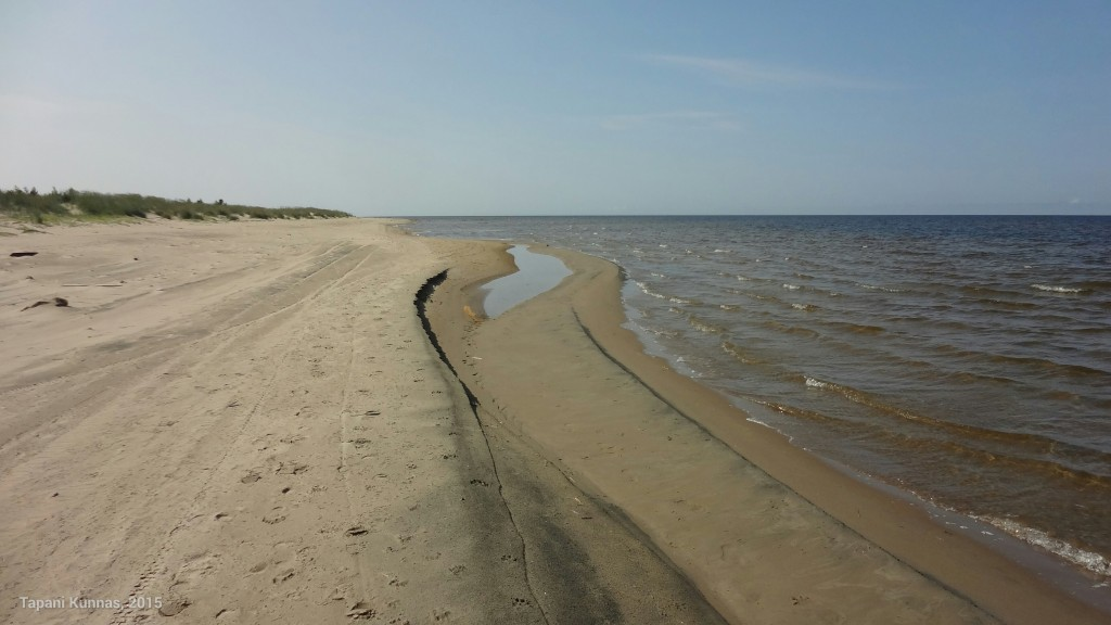Paikoin merivesi jää hiekan vangiksi.