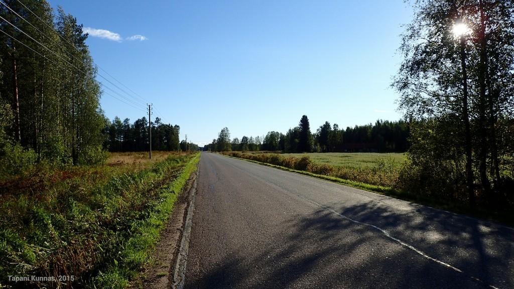 Alkumatkan asfalttitieosuus on mukava kävellä, kun kestopäällysteen vieressä on riittävän leveä ja tasainen sorapintainen kaistale.
