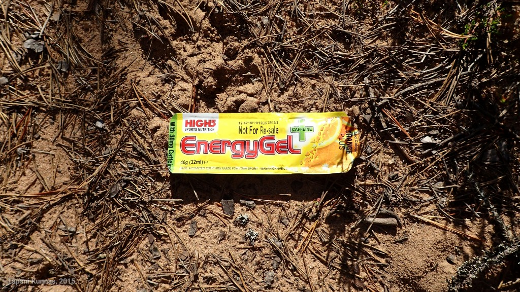 Nämä energiageelit taitavat olla humpuukia. Ainakaan tästä ei geelin käyttäjä ole saanut edes sen vertaa energiaa, että olisi jaksanut viedä roskansa pois luonnosta.