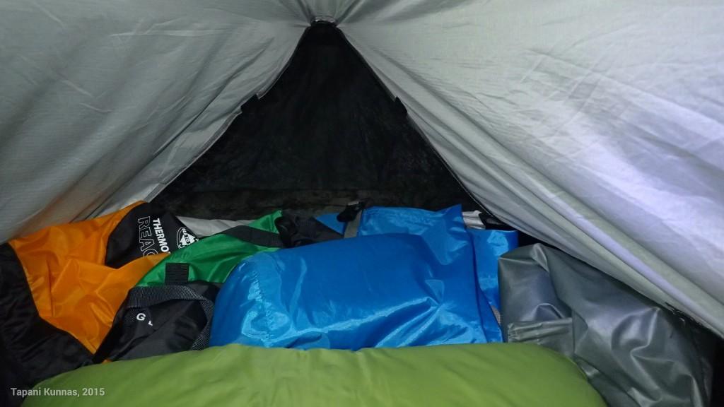 Vähitellen alan oppia Tarptentin ilmanvaihdon säätämisen. Pään puoleisen päädyn tuuletusräppänä kannattaa ainakin näin kesällä jättää yöksi kokonaan auki, jotta sieltä virtaa riittävästi korvausilmaa sisään. Ilman poistuminen tapahtuu teltan yläosassa olevien tuuletusaukkojen kautta.