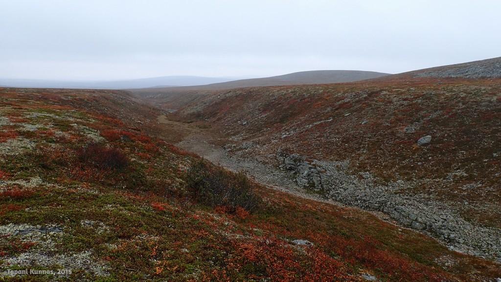 Gieđmeskálogorsan kanjoni. Alkukesällä tässä virtaa vielä vettä, mutta nyt uoma on kuivillaan.