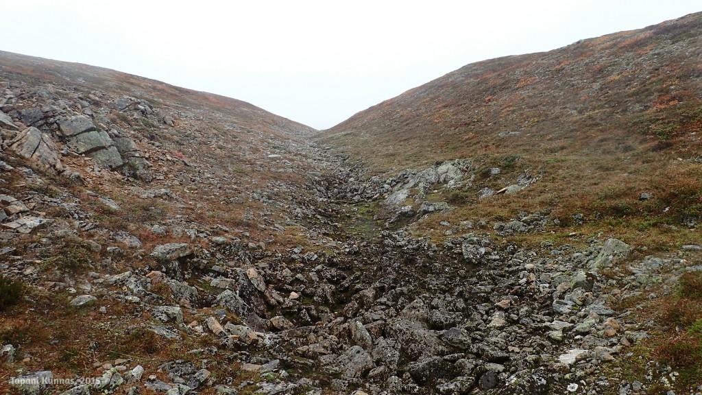 Lounastauon jälkeen matka jatkuu kuivunutta puronuomaa pitkin ylämäkeen.