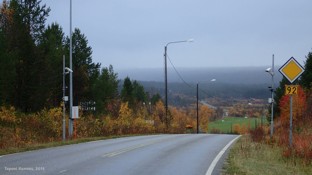 Maantie laskee Karigasniemen kylältä Inarijoen ylittävälle sillalle ja valtakunnanrajalle.