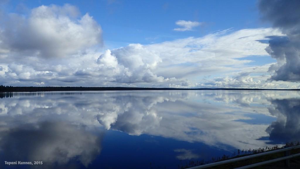 Kotimatkalla näen jo auringonpaistetta ja sinistä taivasta. Tässä lähestytään Sodankylää Vajusen (Kitisessä oleva järvi) kohdalla.