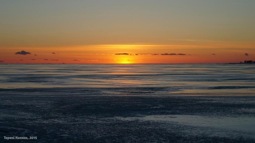 Auringonlaskun hetki Perämeren jäällä maaliskuussa 2015.