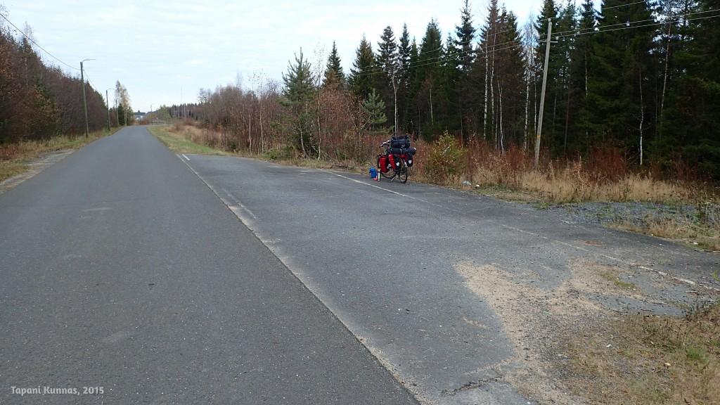 Iin eteläpuolella pyörätie on tehty vanhan nelostien paikalle. Yhdessä kohdassa on tien alkuperäinen leveys vielä näkyvissä.