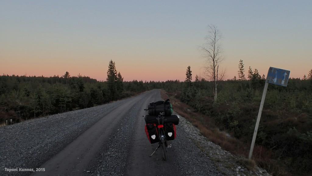 Auringonlaskun hetki lauantaina. Pilvetön taivas enteilee jälleen kylmää yötä.