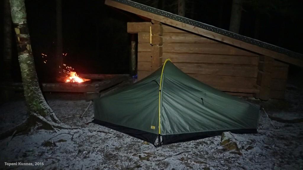 Ainoa kelvollinen teltan paikka löytyy aivan laavun vierestä.