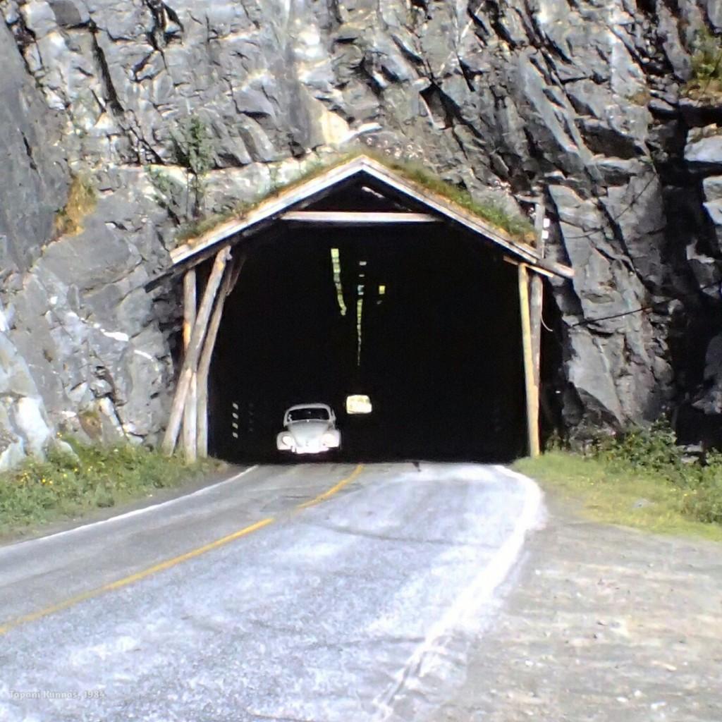 Reissun ensimmäinen tunneli. Tämä on helppo tapaus: katossa on valot ja suoran tunnelin toinen suuaukko näkyy.