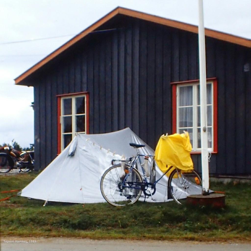 Ainoa kuiva paikka Fausken leirintäalueelta löytyy vastaanottorakennuksen vierestä.