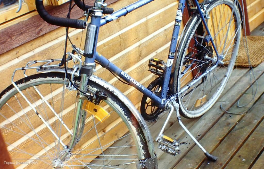 Painajaismaisen päivän jälkeisenä aamuna pyörä on mustien pilkkujen peitossa, mutta onneksi kuitenkin ajokuntoinen.