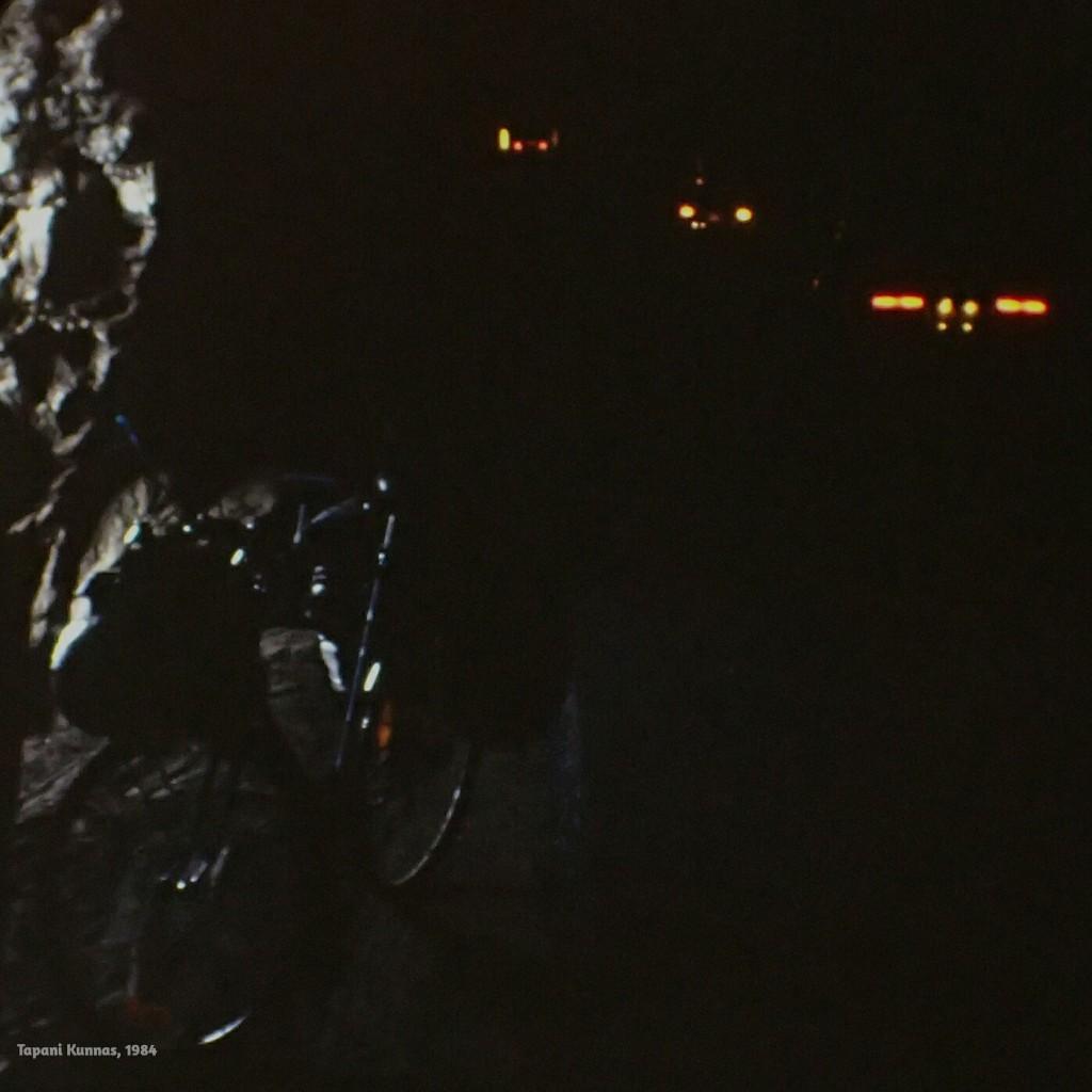 Kalliossa oleva halkeama päästää pienen valonkajastuksen muuten pimeään tunneliin.