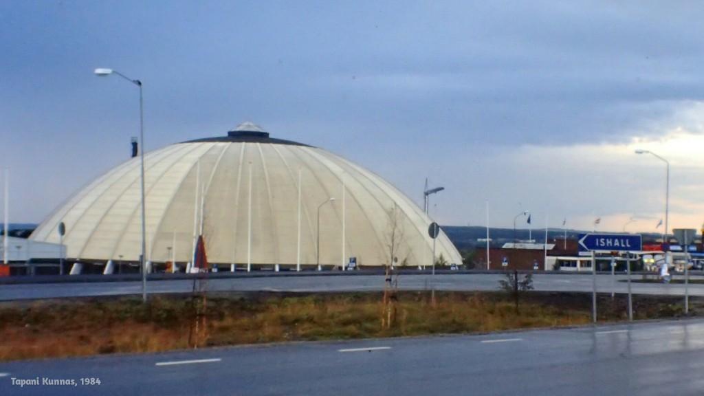 Östersundin jäähalli ukkoskuuron jälkeen.