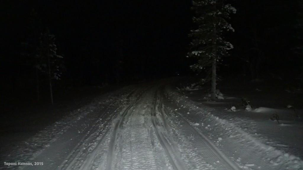 Alkumatkan kelkkareittiä. Hyvä on tässä kulkea. Lumikengätkään eivät olisi välttämättömät.