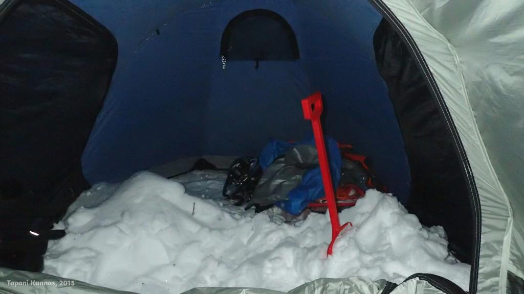 Osa tavaroista ja lumivarastoni eteisessä.