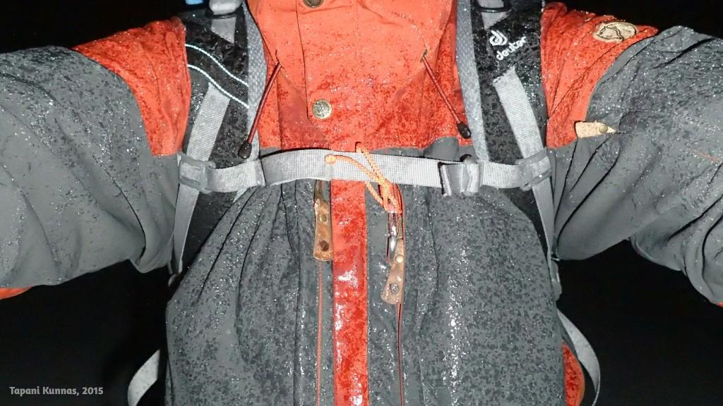Alijäähtynyt vesisade jäätyy hetkessä vaatteisiin.