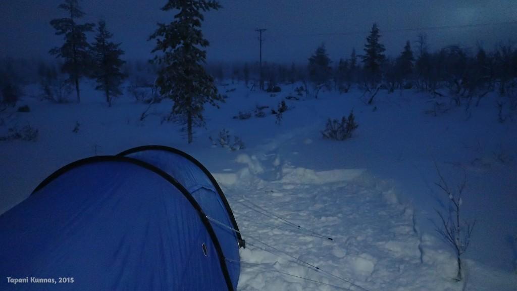 Toisen yön leirini on hyvin lähellä sähkölinjan kohdalla menevää moottorikelkkareittiä, mutta kelkoista ei ole ollut minkäänlaista haittaa yöpymiselleni.