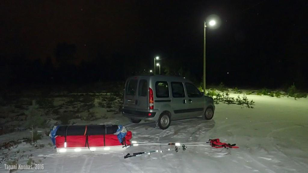Auto jää yöksi Osmonlaaksontien ja valaistun kuntopolun risteyksessä olevalle levikkeelle.